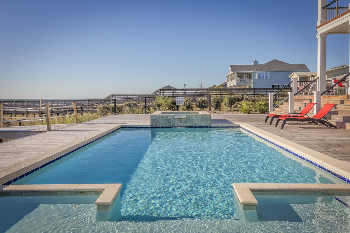 Make Your Pool Cleaner and Longer Lasting by Controlling Water Levels